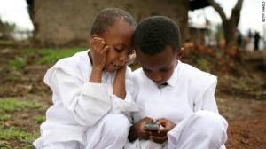 Des enfants africains, un téléphone portable à la main
