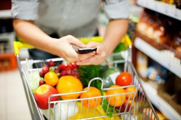 Usage du smartphone dans les rayons d'un supermarché