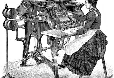 Femme sur une ancienne machine
