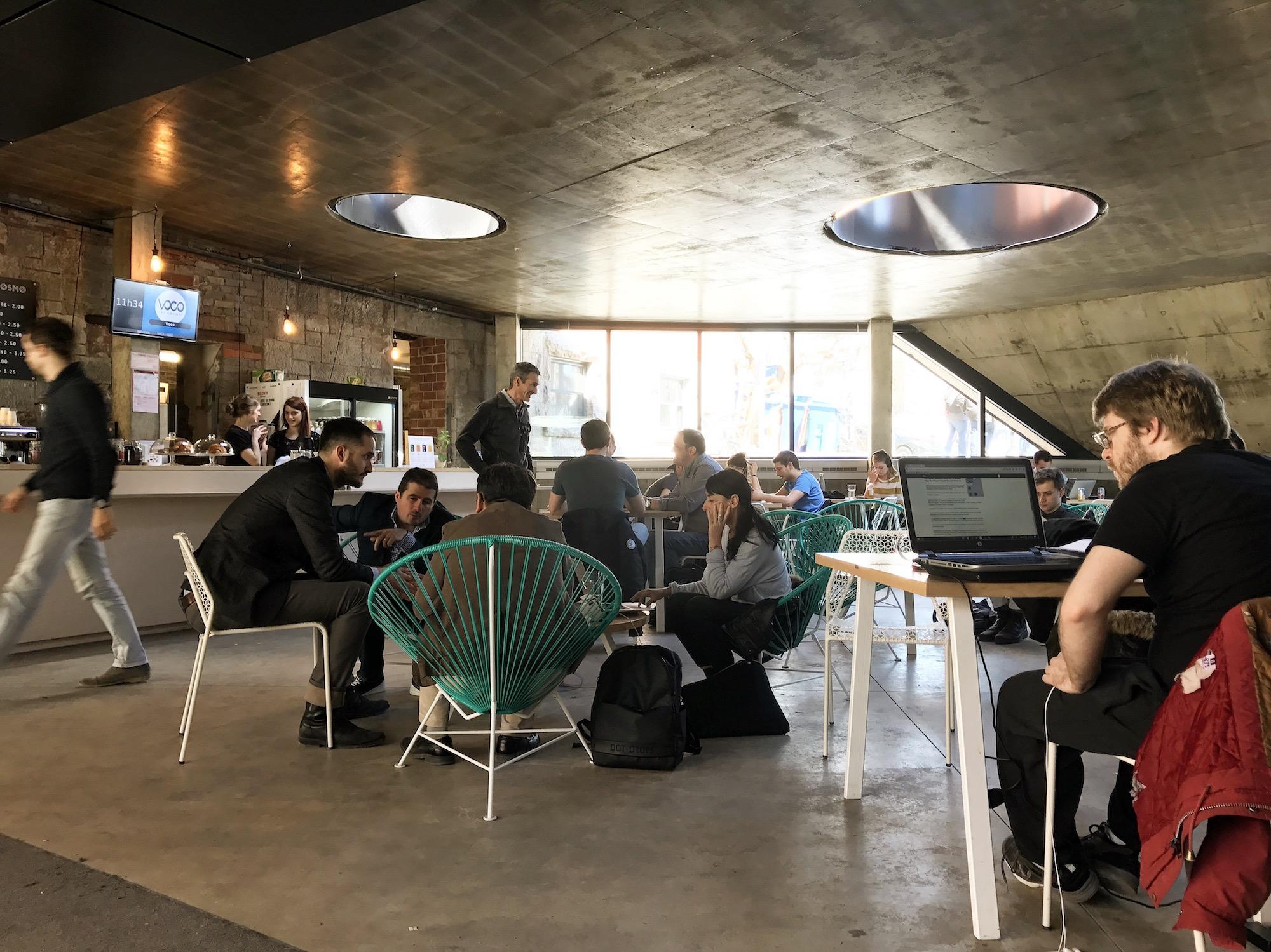 On trouve beaucoup de Café/Coworking au Québec, toujours dans une dynamique de plaisir du travail et d'échanges facilités. Ici le Café Osmo de la Notman House à Montréal (http://notman.org/fr/cafe-osmo/)