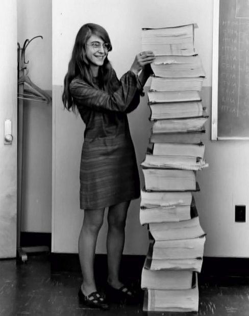 Margaret Hamilton avec le programme informatique qui a guidé l'atterrissage d'Apollo 11 sur la lune.
