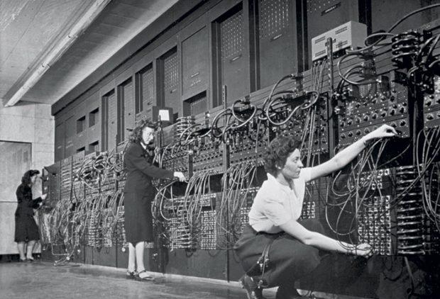 Les femmes d'ENIAC (Electronic Numerical Integrator And Computer) opèrent et programment le premier ordinateur général tout usage.