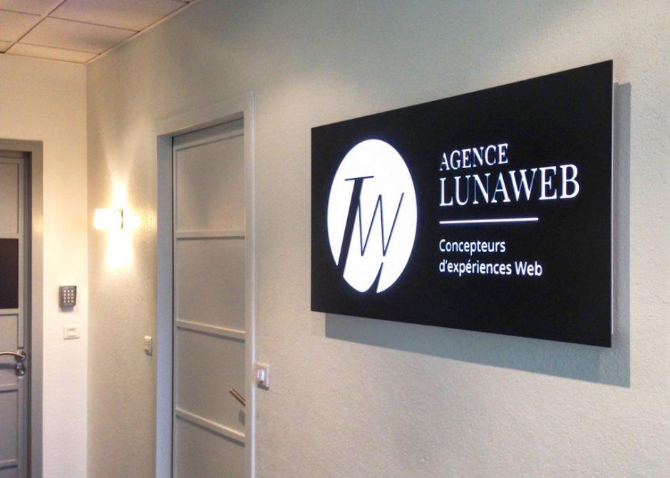 LunaWeb - Identité - Plaque du couloir